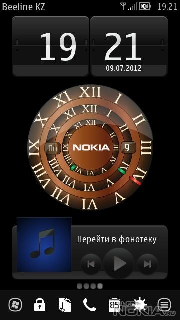 Нажмите и удерживайте часы на главном экране.
